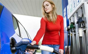 wanita hamil petrol kiosk